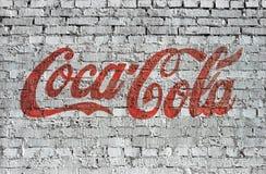 Ladrillo de la escritura de la etiqueta de la Coca-Cola Imagen de archivo libre de regalías