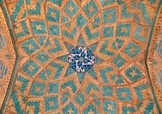 Ladrillo mezclado con los azulejos azules dentro de una mezquita Imagen de archivo