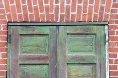 Ladrillo rojo de las puertas verdes Imágenes de archivo libres de regalías