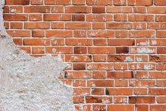 Ladrillo rojo viejo y pared lamentable, vieja textura de la pared con imagen de archivo libre de regalías