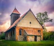 Ladrillo viejo e iglesia católica de madera Fotografía de archivo
