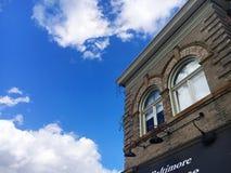 Ladrillo y cielo azul Fotos de archivo libres de regalías