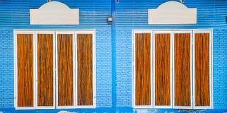 Ladrillos azules y puerta de bambú Imágenes de archivo libres de regalías