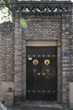 Ladrillos azules y puerta de madera foto de archivo