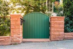 Ladrillos caseros residenciales de la pared de la entrada del jardín de la puerta rústica de la puerta ex Fotografía de archivo