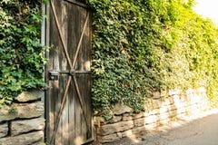 Ladrillos caseros residenciales de la pared de la entrada del jardín de la puerta rústica de la puerta ex Fotografía de archivo libre de regalías