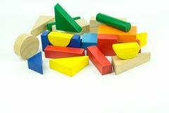 Ladrillos coloridos de madera en el fondo blanco Juguete de madera Foto de archivo libre de regalías