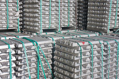 Ladrillos de aluminio que esperan transporte fotos de archivo