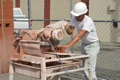 Ladrillos del Sawing del trabajador Imagen de archivo libre de regalías