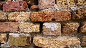 Ladrillos erosionados viejos en la pared metrajes