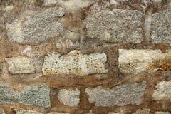 Ladrillos grises en el cemento marrón Fotos de archivo