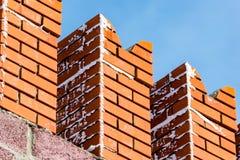 Ladrillos rojos en la pared del Kremlin contra el cielo azul Imágenes de archivo libres de regalías