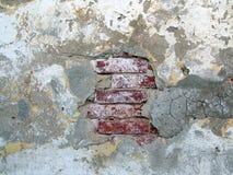 Ladrillos sucios bajo el estuco viejo Fotos de archivo