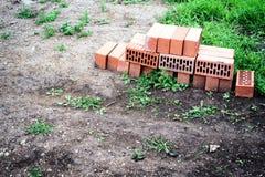 Ladrillos y tierra olvidados de la construcción Fotos de archivo