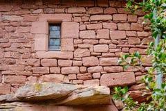 Ladrillos y ventana de un castillo imagen de archivo