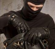Ladrón que roba el dinero Imagenes de archivo