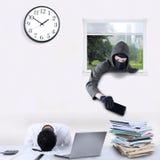 Ladrón que roba el teléfono móvil en oficina Foto de archivo libre de regalías