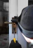 Ladrón romper-en seguridad del robo con allanamiento de morada Fotografía de archivo libre de regalías