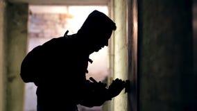 Ladro che incide la serratura stock footage