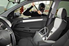 Ladro che porta una mascherina che prova a rubare un sacchetto Fotografia Stock