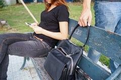 Ladro che prova a rubare e allontanarsi la borsa a tracolla mentre donna Fotografia Stock Libera da Diritti