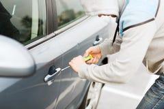 Ladro che rompe la serratura dell'automobile Fotografia Stock