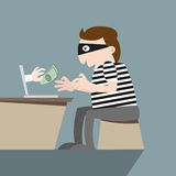 Ladro che ruba soldi dal computer online Immagine Stock