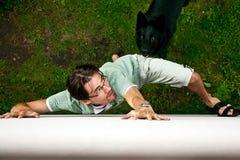 Ladro che si allontana dal cane. Immagini Stock