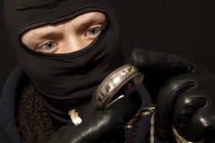 Ladro con un braccialetto d'argento Immagine Stock