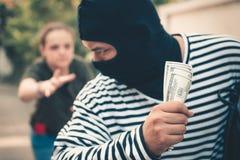 Ladro della via che ruba soldi dalla donna turistica, ladro, ladro co fotografia stock libera da diritti