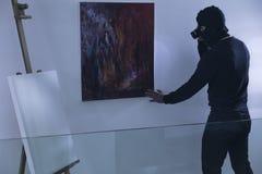 Ladro di arte con la torcia elettrica Immagine Stock