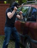 Ladro di automobile che per mezzo del bastone a leva Fotografie Stock Libere da Diritti