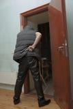 Ladro munito con una pistola nella soffitta Fotografia Stock Libera da Diritti