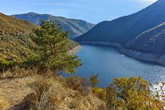 Ladscape étonnant avec la forêt autour du réservoir de Vacha Antonivanovtsy, montagne de Rhodopes Photo stock