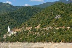 Ladscape étonnant avec la forêt verte autour du réservoir de Vacha Antonivanovtsy, montagne de Rhodopes Image stock