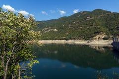 Ladscape étonnant avec la forêt verte autour du réservoir de Vacha Antonivanovtsy, montagne de Rhodopes Photo stock