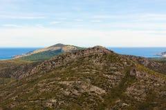 Ladscape с горами и морем на заднем плане около Arta, Мальорки, Испании стоковая фотография rf