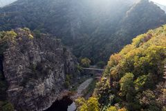 Ladscape d'automne avec la forêt autour du réservoir de Krichim, montagne de Rhodopes, Bulgarie image stock