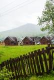 Ladscape delle case e della montagna del villaggio Immagini Stock Libere da Diritti