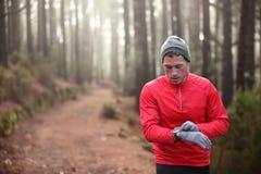 Śladu biegacz patrzeje tętno monitoru zegarek Obraz Stock