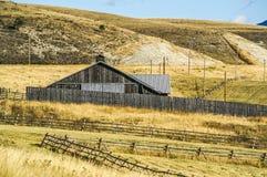 Ladugård bland staket i Montana arkivbild