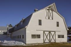 Ladugård för vit häst i Vermont royaltyfri fotografi