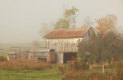 Ladugård i dimma Royaltyfria Foton