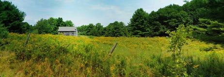 Ladugård i ett fält Arkivbilder