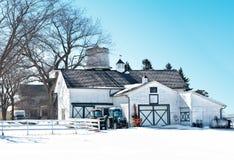 Ladugård i vinter Arkivbild