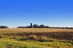 Ladugård med silon Arkivbild