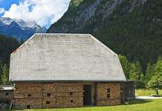 Ladugård med vedträt, Slovenien Royaltyfri Foto