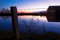 Ladugård nära Dangast på solnedgången Royaltyfri Foto