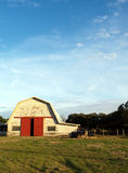 Ladugård och blå sky Arkivbilder
