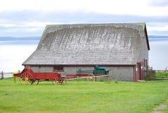 Ladugård och gammal lantgårdvagn Royaltyfri Bild